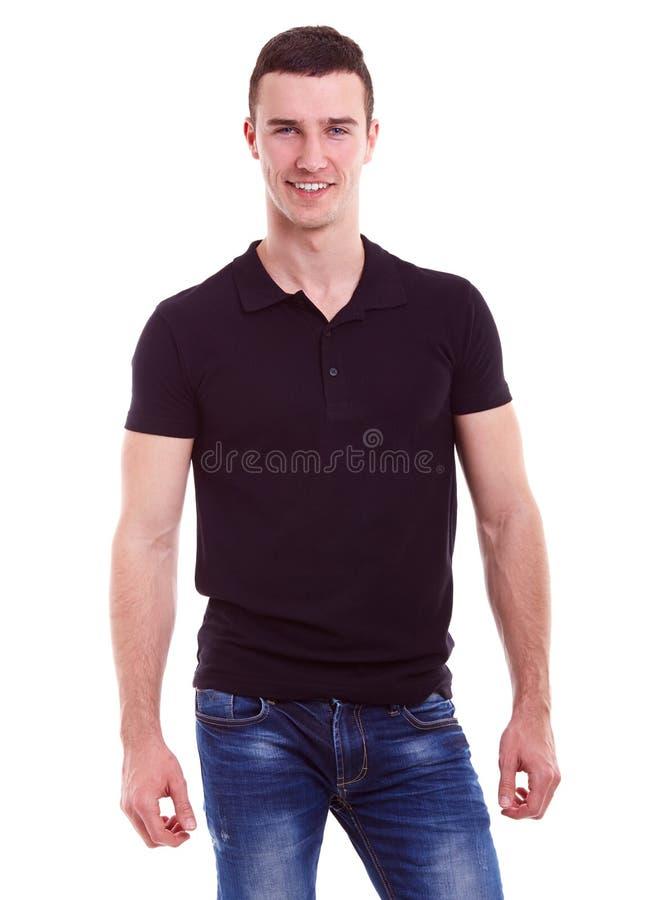 Jeune homme heureux dans un polo noir photo stock