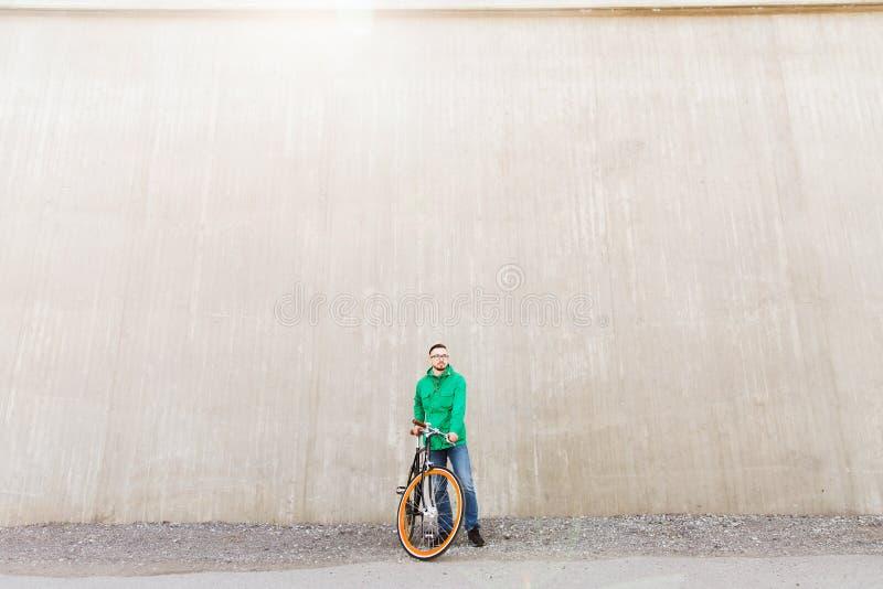 Jeune homme heureux de hippie avec le vélo fixe de vitesse images stock