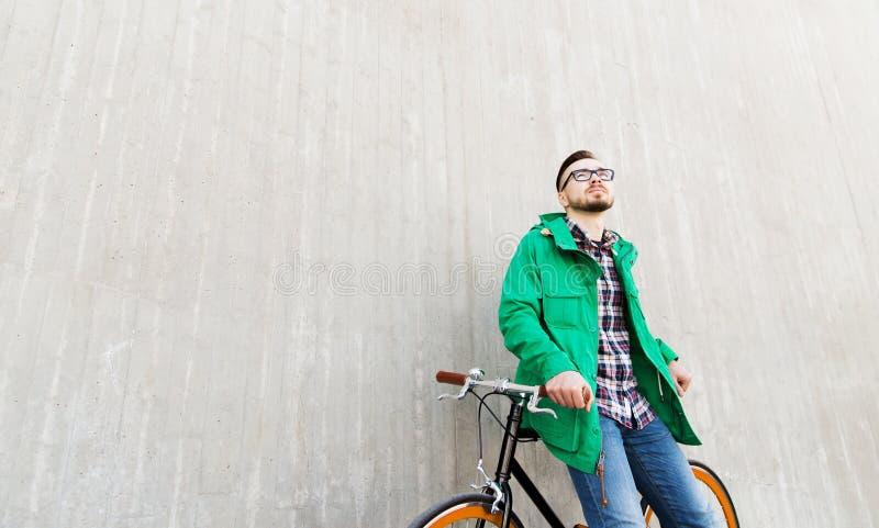 Jeune homme heureux de hippie avec le vélo fixe de vitesse photographie stock libre de droits