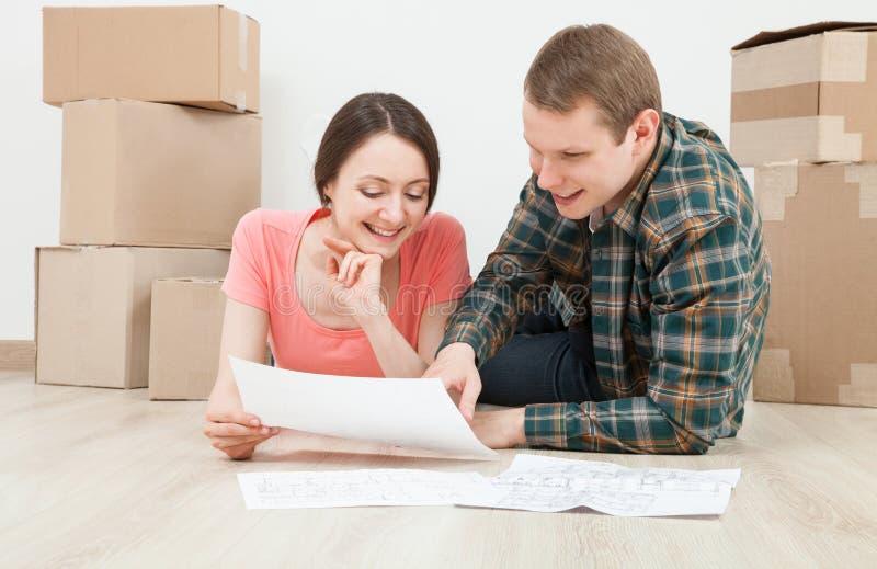Jeune homme heureux et femme prévoyant leur avenir photos stock