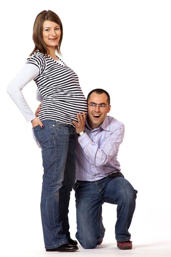 Jeune homme heureux et son épouse enceinte image libre de droits