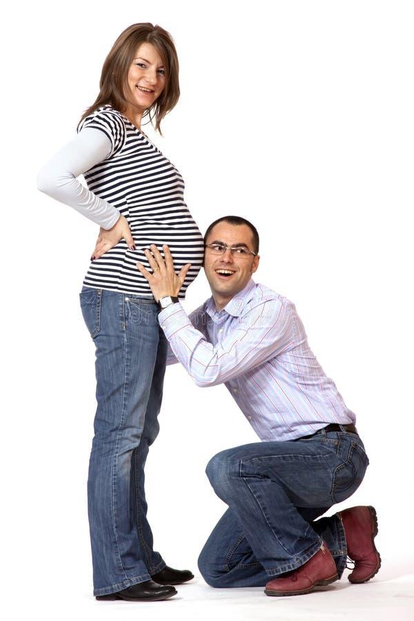 Jeune homme heureux et son épouse enceinte photographie stock