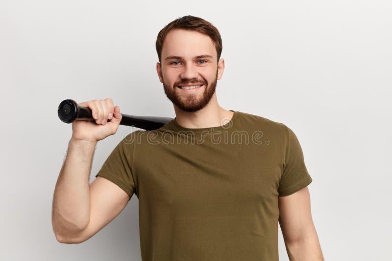Jeune homme heureux gai utilisant un T-shirt vert photo libre de droits