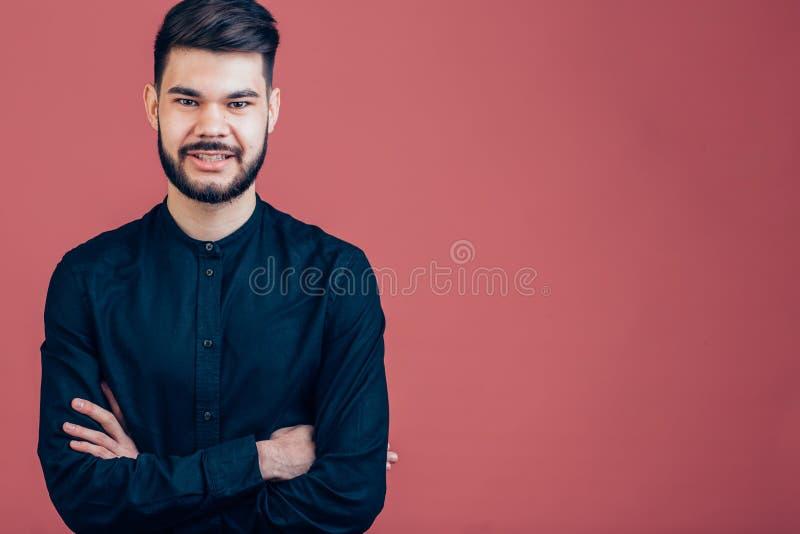 Jeune homme heureux Portrait de jeune homme beau maintenant des bras croisés et sourire photos libres de droits