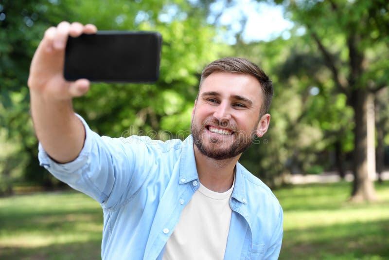 Jeune homme heureux prenant le selfie image stock