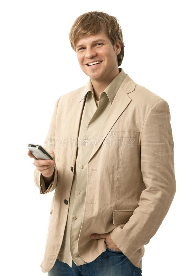 Jeune homme heureux utilisant le mobile photos libres de droits