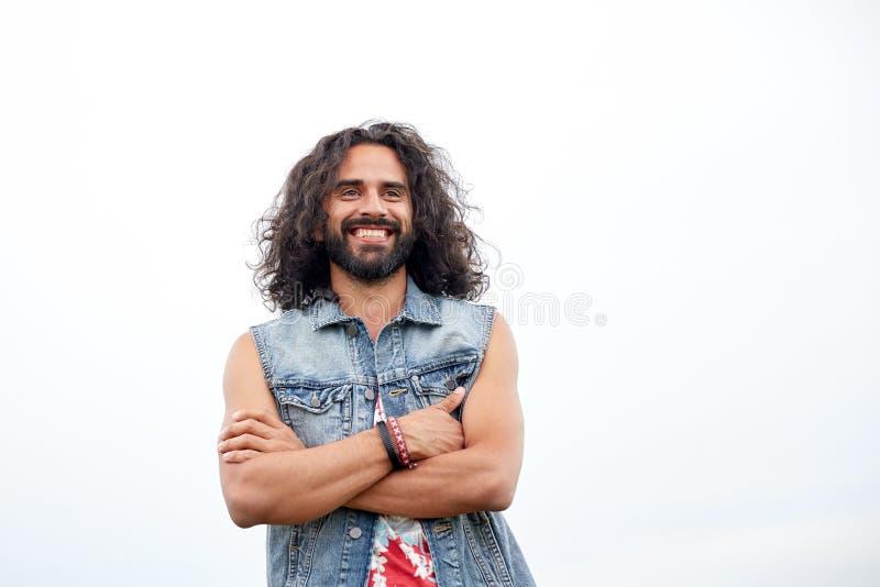 Jeune homme hippie de sourire dans le gilet de demin photo libre de droits
