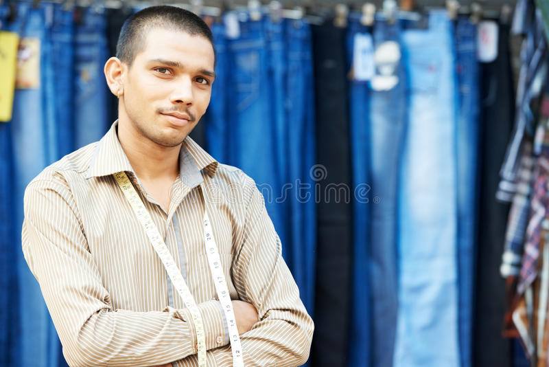 Jeune homme indien de tailleur photographie stock