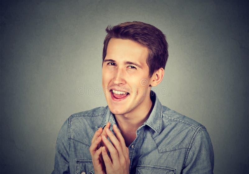 Jeune homme intrigant sournois essayant de tracer quelque chose vis quelqu'un images stock