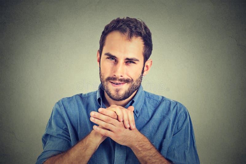 Jeune homme intrigant sournois, travailleur essayant de tracer quelque chose photo libre de droits