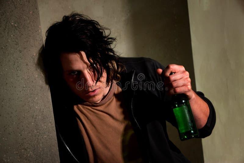 Jeune homme ivre photo stock