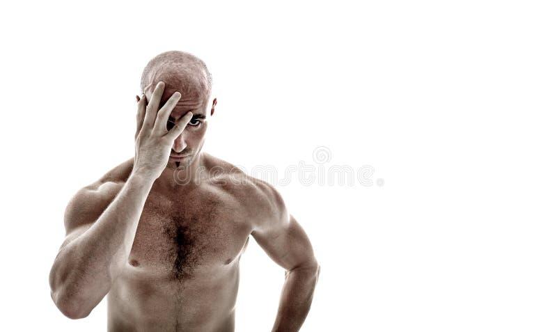 Jeune homme jetant un coup d'oeil par sa main photographie stock