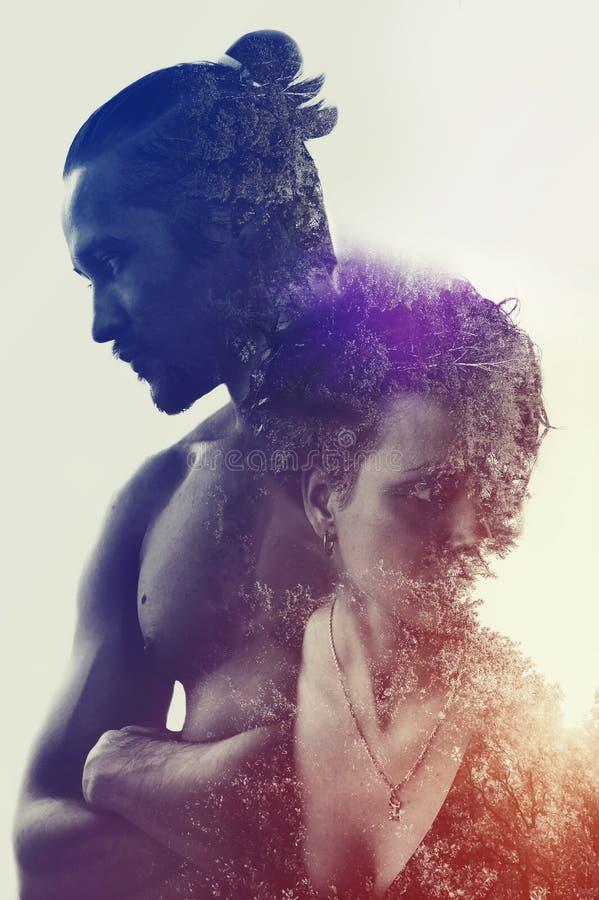 Jeune homme, jeune femme et forêt musculaires méditatifs photographie stock