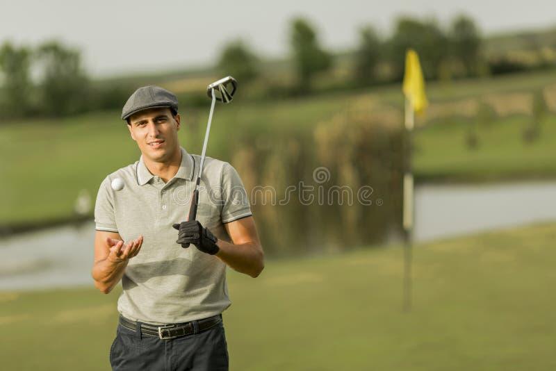 Jeune homme jouant au golf images stock