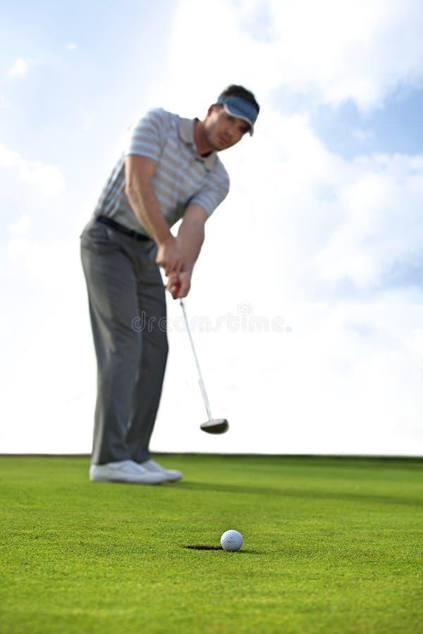 Jeune homme jouant au golf photo libre de droits
