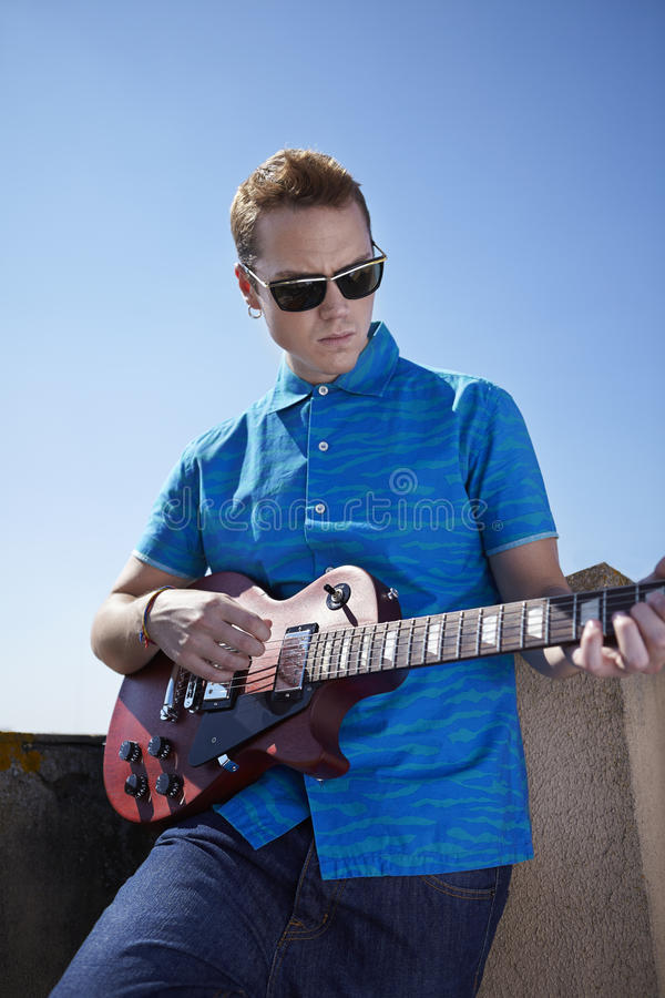 Download Jeune Homme Jouant La Guitare électrique Photo stock - Image du paul, toit: 45353392