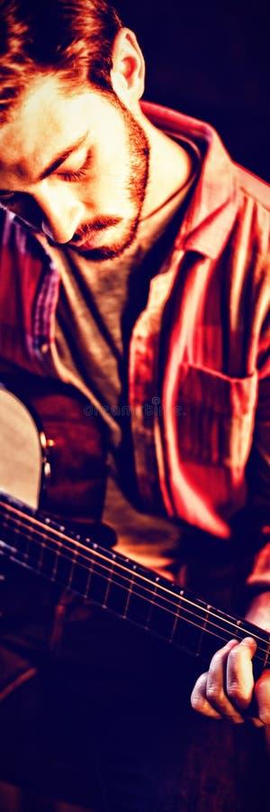 Jeune homme jouant la guitare images libres de droits
