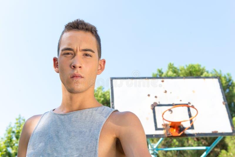 Jeune homme jouant le basket-ball image libre de droits