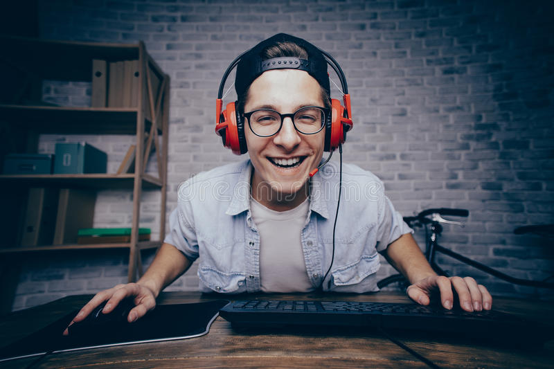 Jeune homme jouant le jeu à la maison et coulant le playthrough ou la promenade images stock