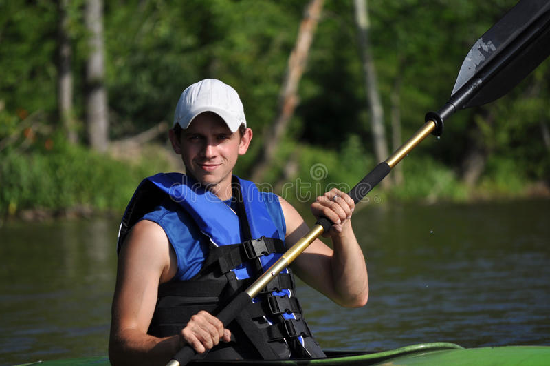 Jeune homme Kayaking photographie stock