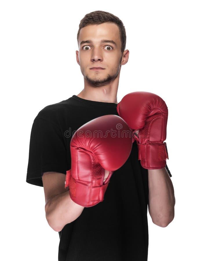 Jeune homme lâche dans les gants de boxe rouges de boxe photographie stock libre de droits
