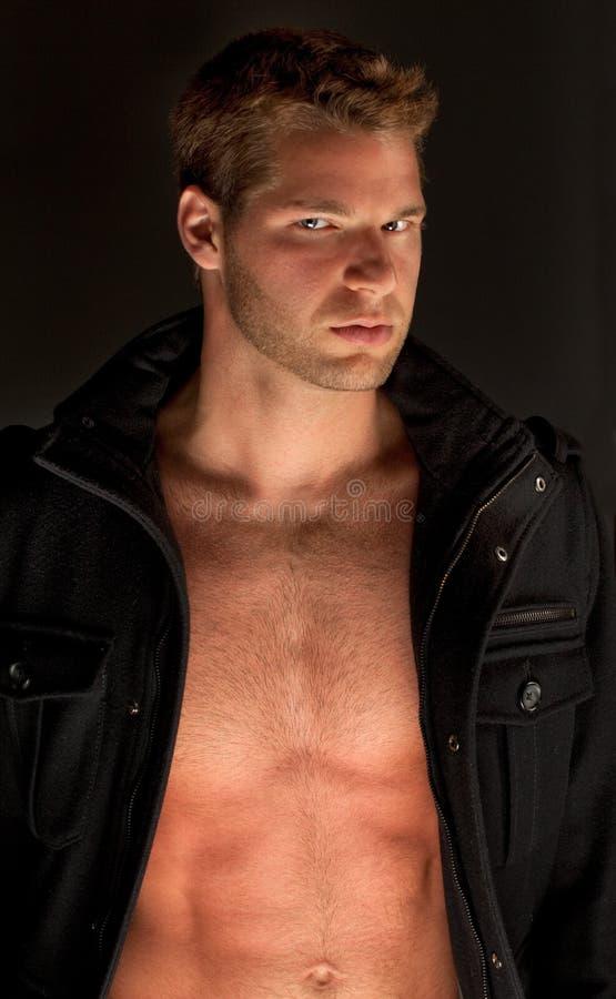 Jeune homme magnifique dans la jupe ouverte photo stock