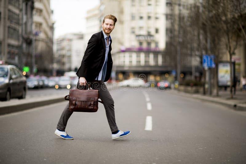 Jeune homme marchant sur la rue photo libre de droits