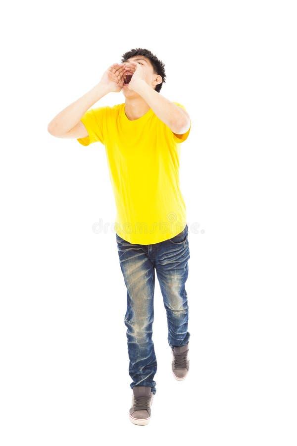 Jeune homme marchant tout en soulevant des mains pour hurler images stock