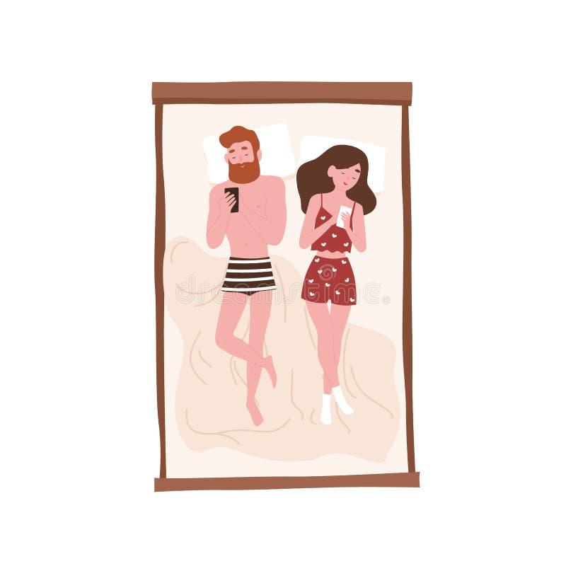 Jeune homme mignon et femme paresseux se trouvant sur le lit et l'Internet surfant sur leurs smartphones Associés romantiques pas illustration de vecteur