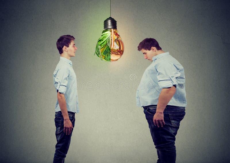Jeune homme mince heureux regardant le gros type triste lui-même Concept bien choisi de nutrition de régime bon images libres de droits
