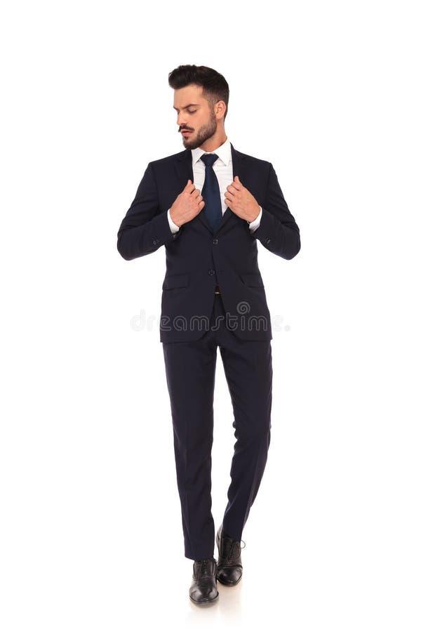 Jeune homme moderne d'affaires tenant son collier du ` s de costume images stock