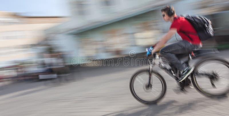 Jeune homme montant une bicyclette sur la rue photographie stock libre de droits