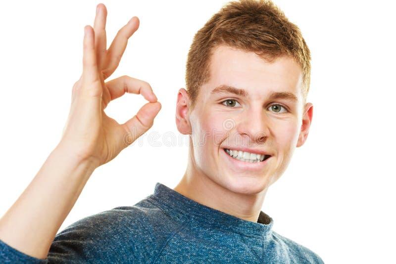 Jeune homme montrant le geste correct de signe de main images stock