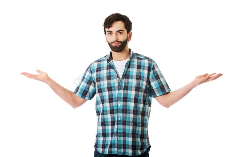 Jeune homme montrant quelque chose dans des mains photographie stock libre de droits
