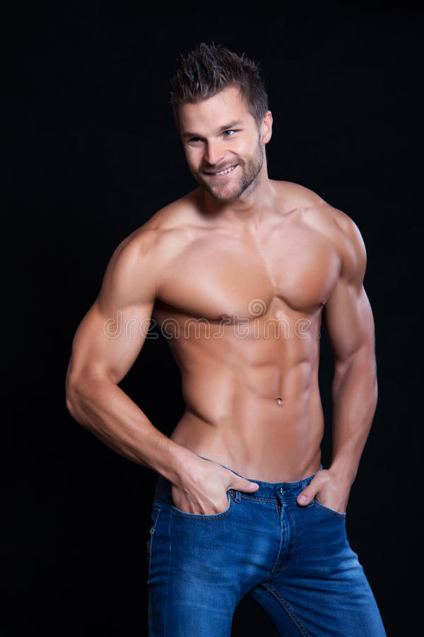 Jeune homme musculaire image stock
