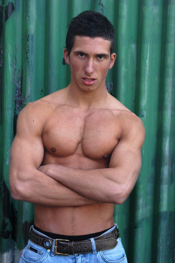 Jeune homme musculaire photographie stock libre de droits