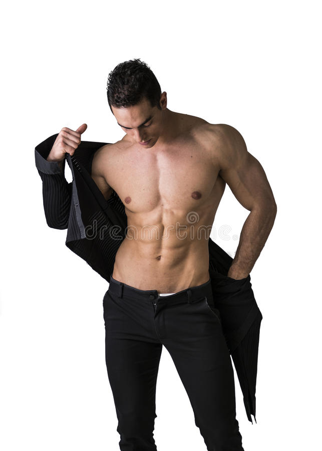 Jeune homme musculaire beau enlevant la chemise images libres de droits