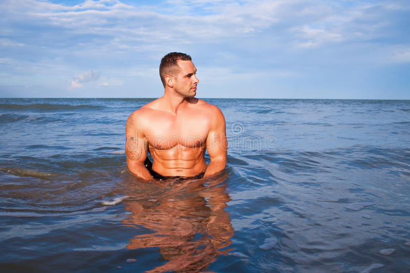 Jeune homme musculaire bel image stock
