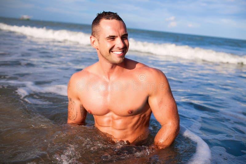 Jeune homme musculaire bel photo libre de droits