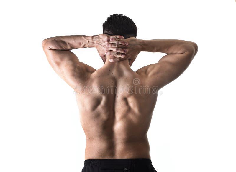 Jeune homme musculaire de sport tenant le cou endolori massant la douleur de corps de souffrance de secteur cervical photographie stock libre de droits