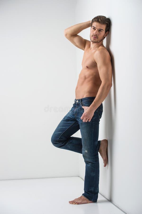Jeune homme musculaire en bonne santé dans des jeans images stock