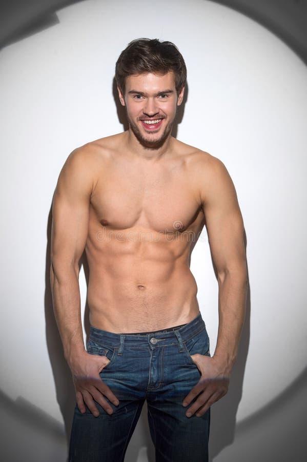 Jeune homme musculaire en bonne santé dans des jeans photographie stock