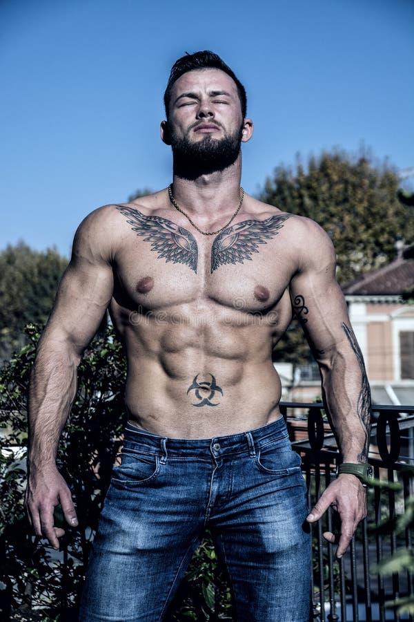Jeune homme musculaire sans chemise beau extérieur photographie stock libre de droits