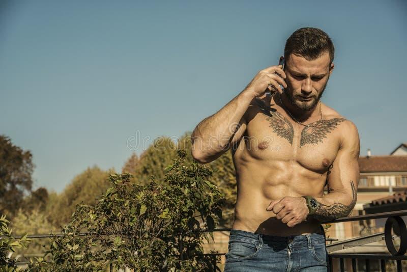 Jeune homme musculaire sans chemise beau extérieur images stock