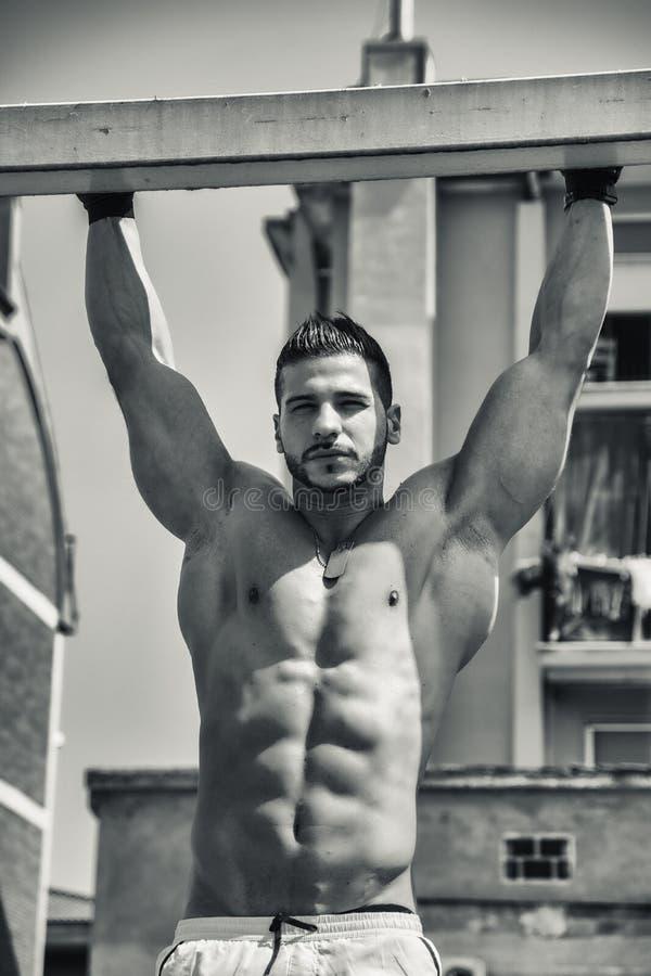 Jeune homme musculaire sans chemise dehors images libres de droits