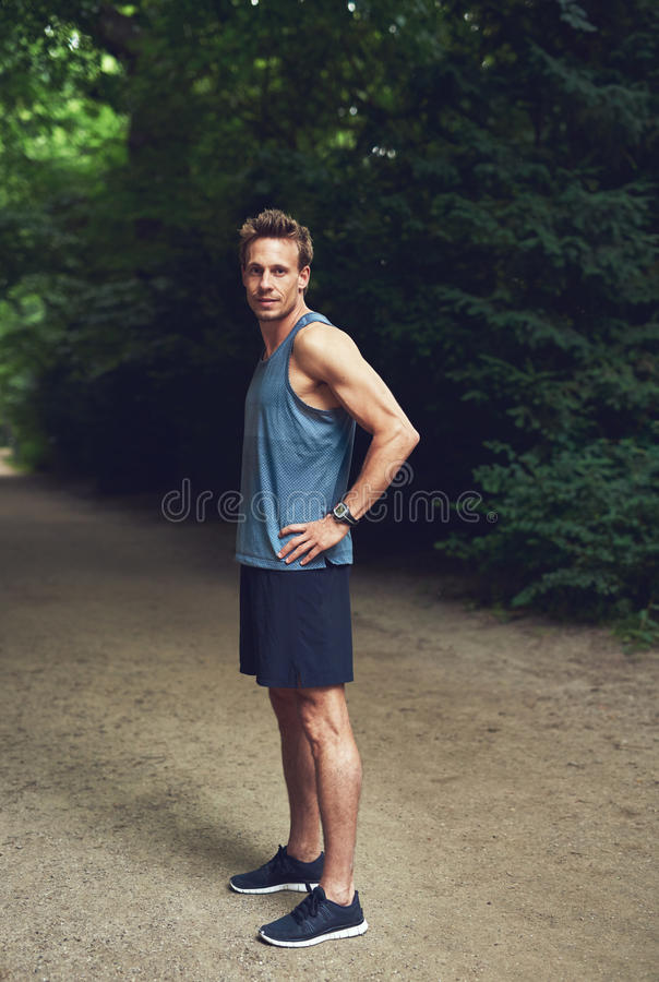 Jeune homme musculaire se tenant au parc images stock