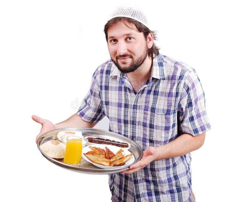 Jeune homme musulman avec la nourriture préparée image libre de droits