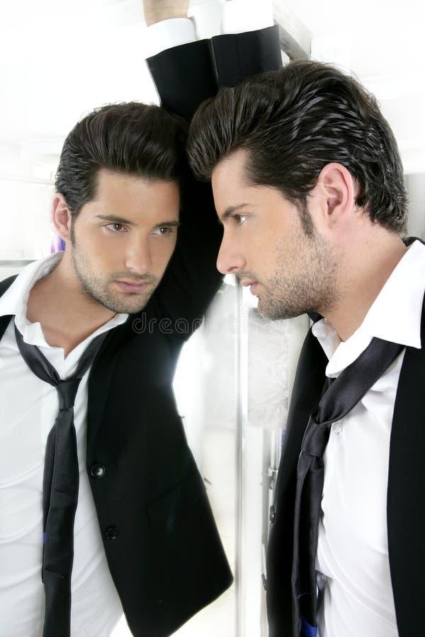 Jeune homme narcissique bel dans un miroir photos stock