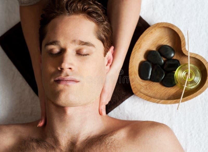 Jeune homme obtenant le massage de visage images stock