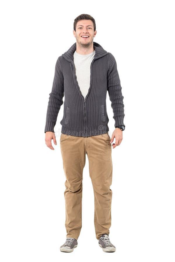 Jeune homme occasionnel décontracté dans le chandail riant de l'appareil-photo photographie stock